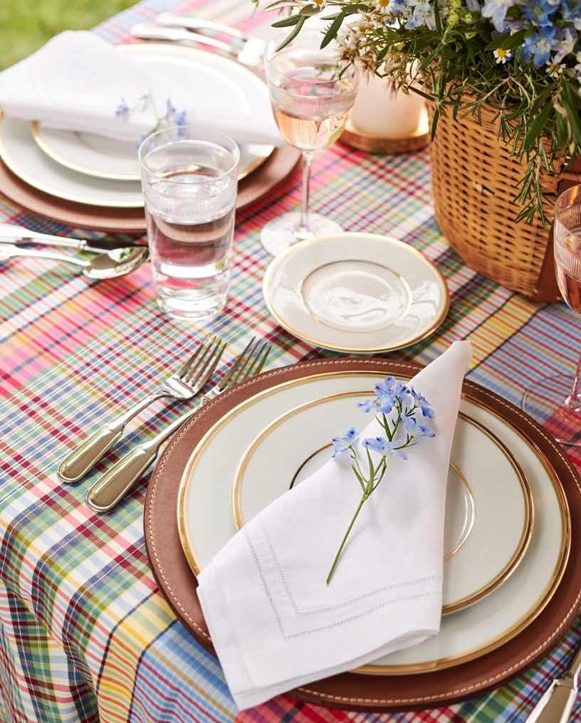 White plates with golden trim & cloth napkins